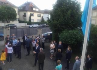 Украинцы подняли флаг крымских татар в Страсбурге