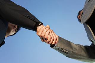 Ученые констатировали, что информационная эпоха ослабила рукопожатия