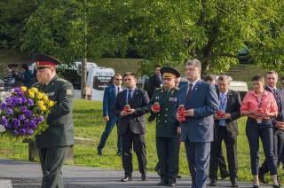 Порошенко в Варшаве возложил цветы к памятнику жертв Волынской трагедии