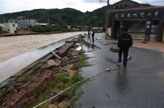 Разрушительный тайфун добрался с Тайваня в Китай