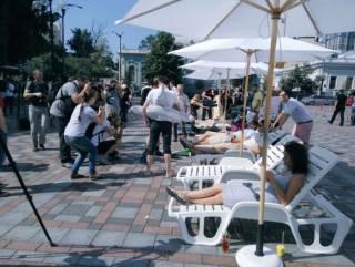 Активисты устроили под Верховной Радой... импровизированный пляж