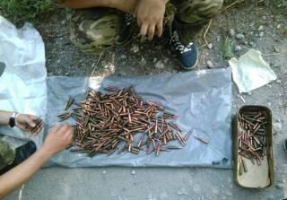 Полицейским удалось обнаружить крупные залежи боеприпасов неподалеку от Ясиноватой