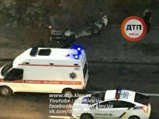 В Киеве полицейский уснул за рулем и врезался в дерево