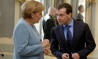 Меркель обсудила с Медведевым выполнение минских договоренностей