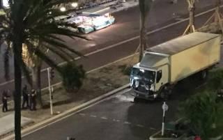 Водитель грузовика, врезавшегося в толпу людей в Ницце, «формально идентифицирован»