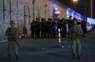 Танки открыли огонь по зданию парламента Турции