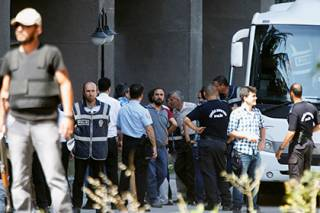 У Дворца правосудия в Анкаре солдат открыл стрельбу