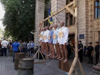 «Азов» в центре Киев «повесил» шестерых коррупционеров