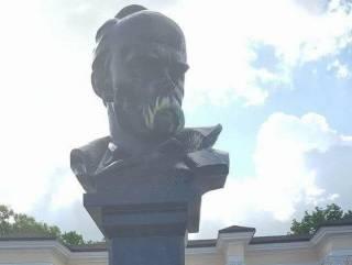 В Симферополе памятник Шевченко раскрасили в желто-синие цвета