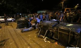 Ночью в столице Армении полиция жестоко разогнала митинг оппозиции