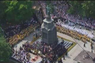 В эти минуты на Владимиркой горке молятся, по разным оценкам, от 10 до 20 тысяч участников крестного хода