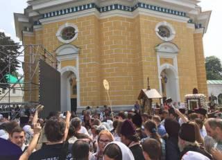 Участники 50-тысячного крестного хода зашли в Лавру