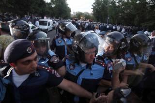 В Ереване полиция массово задерживает людей
