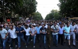 Дурдом в Ереване продолжается. Задержаны 100 человек, пострадали 60