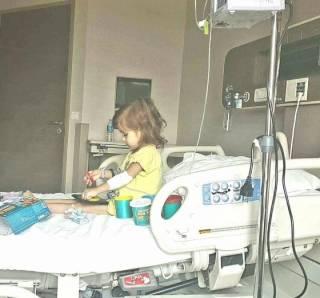 Маленькой девочке Яне Дякивныч нужна помощь, чтоб побороть рак
