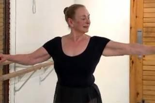Жительница Лондона осуществила мечту детства и стала балериной. В 71 год