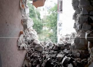 В Марьинке в многоэтажку попал артиллерийский снаряд