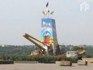 В Запорожье место Ленина занял казак с гигантскими флагами