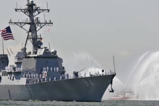 Военные катера Ирана перехватили американский эсминец