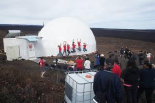 Шестеро добровольцев после годовой экспедиции «на Марс» наконец-то «вернулись» на Землю