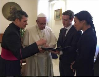 Цукерберг подарил Папе Римскому дрон