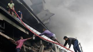 На фабрике в Бангладеш прогремел взрыв. Более 20 человек погибли на месте