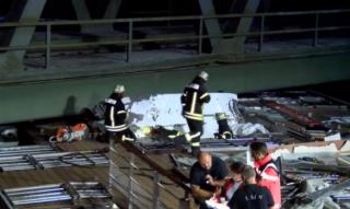 В Германии круизный корабль врезался в мост. Погибли люди