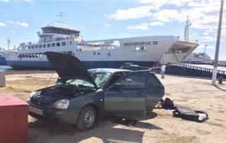 В Керчи с парома в море упал автомобиль
