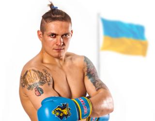 Украинский крымчанин Александр Усик, побив рекорд Холифилда, стал чемпионом мира по боксу