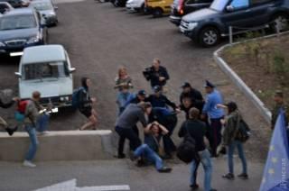 У консульства России в Одессе произошли стычки. В Киеве митингующие сожгли российский флаг и спокойно разошлись