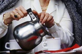 Продавщица из провинциального городка в Англии ненадолго прервала чаепитие, чтобы выгнать грабителя