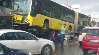В Стамбуле автобус буквально раздавил несколько легковушек