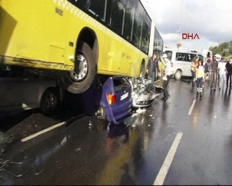 ВСтамбуле автобус раздавил сразу несколько авто: 11 человек травмированы