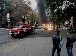В Одессе прямо посреди маршрута загорелся автобус. На то, что осталось после пожара, жалко смотреть