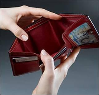 В Госстате признали, что реальная зарплата в Украине стремительно падает