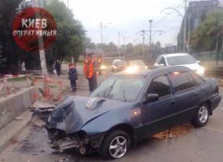 В Киеве водитель протаранил подземный переход и скрылся, оставив авто на сигналке