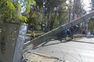 В центре сурового Николаева столб не выдержал старости и рухнул на проезжую часть