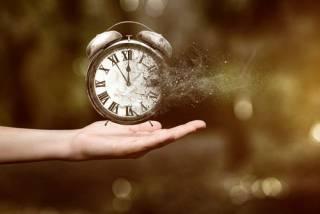 Физик на пальцах объяснил, почему время бежит вперед, а не назад