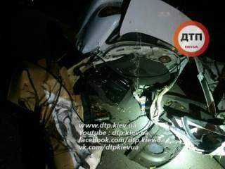 Смертельное ДТП в Киеве. Автомобиль разорвало на две части