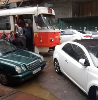 В Киеве герой парковки заблокировал движение транспорта