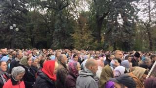 Под стенами парламента митингуют верующие