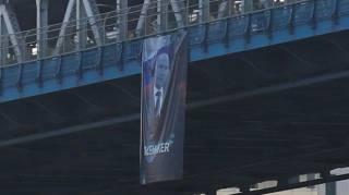 В Нью-Йорке появился огромный баннер с портретом Путина