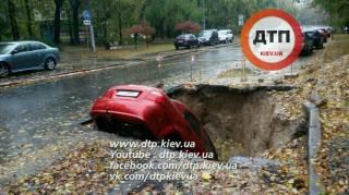 В Киеве иномарка провалилась в яму