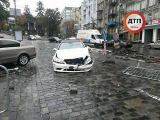В Киеве пьяный водитель уничтожил памятник Герою Небесной сотни