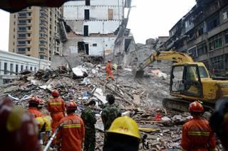 В Китае обрушилось четыре дома. Под завалами ищут людей