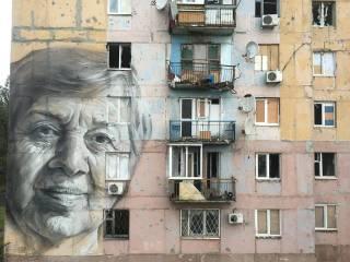 В Авдеевке появился мурал с портретом местной учительницы