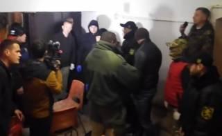 В Черновцах люди с шевронами «Правого сектора» и «Азова» сорвали показ фильма о ЛГБТ
