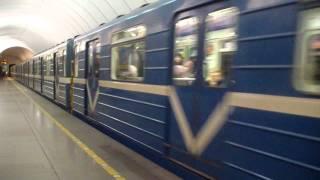 В столичной подземке человек упал под поезд. Не работали две станции метро