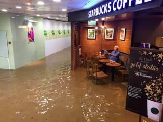 В Гонконге мужчина остался допивать кофе в затапливаемом торговом центре