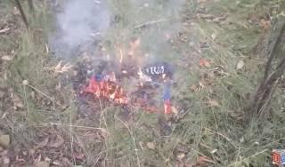 В центре Донецка сожгли флаг ДНР